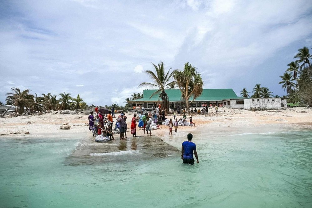 Community of Nui island farewells the Prime Minister following a visit post-Cyclone Pam. Photo: Silke von Brockhausen/UNDP