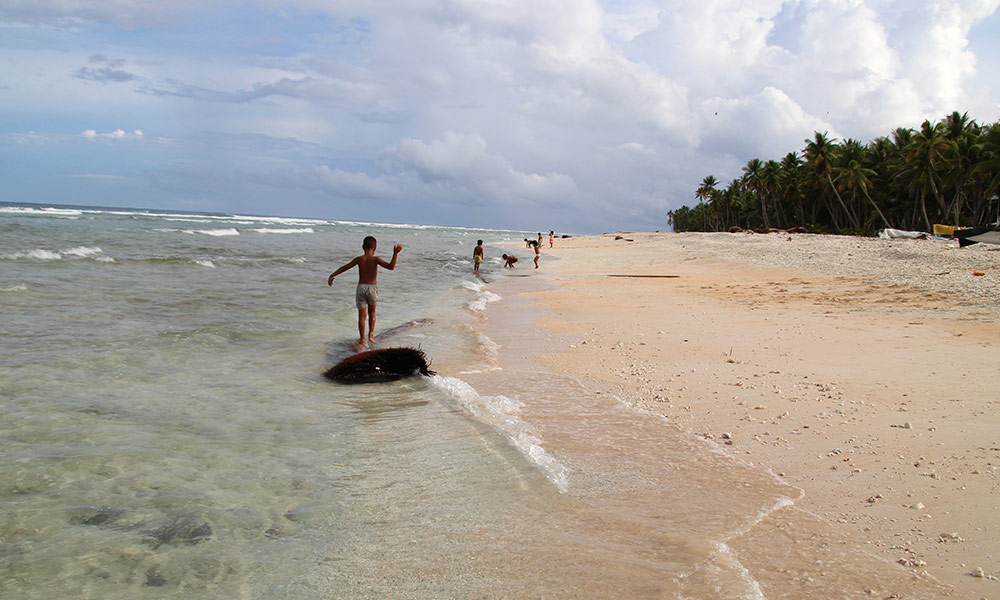 Kids playing along the coast of Nanumaga island. Photo: Jone Feresi/UNDP