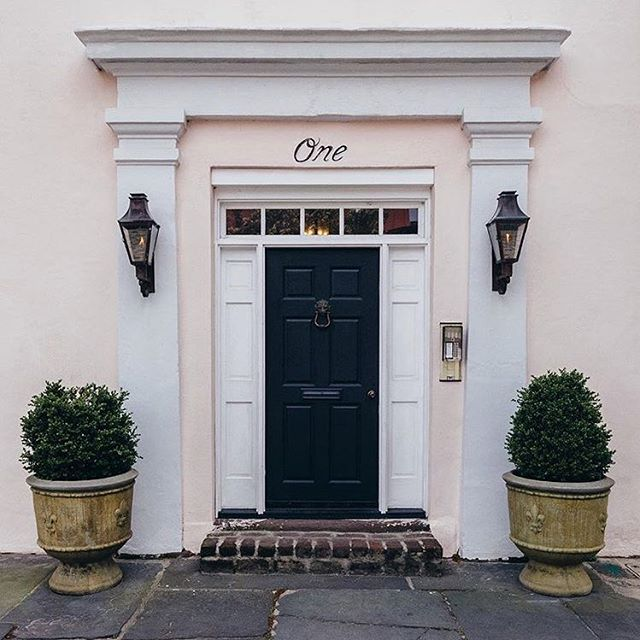 Little secret...we are officially at 17 State Street in #Charleston but One Chalmers will bring you to us as well—it might even be our better side. It's along these cobblestones (one of Charleston's oldest streets!) that our offices/studio lie, where we garner a lot of #inspiration for upcoming collections and where incognito visitors come and go from our secret little side door. We stole this image from @justinclarkphoto whose #facadefridays are everything. So glad he thinks One Chalmers is as special as we do. 😍💕 #historiccharleston #masonhosker #behindtheseams