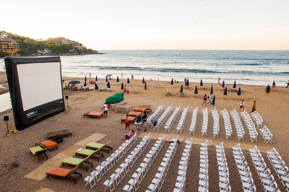 FESTIVAL DE CINE - Cine es una parte integral del Festival Sayulita. Cada año, Festival Sayulita proyecta más de 60 películas internacionales en 5 categorías diferentes. Es una gran experiencia para los residentes, ya que el teatro más cercano es un poco difícil. También es una experiencia maravillosa para los cineastas; es difícil superar la proyección de su película en una hermosa playa en México.