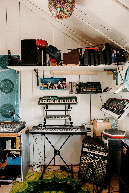 studio vägg med synthar.jpg