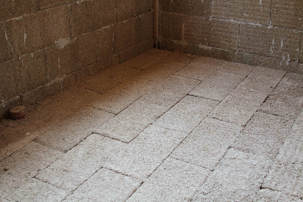 The advantages of hempcrete blocks to insulate floors. - Excellent compressive strength (15t/m2).Fast installation and efficiency over time that appeal to many architects/designers.High technical flexibility like the option of underfloor heating, insertion of ducts in the screed.Laying insulation for an entire building: in just a few hours simply lay the blocks on the ground staggered and then add a layer of reinforced screed.