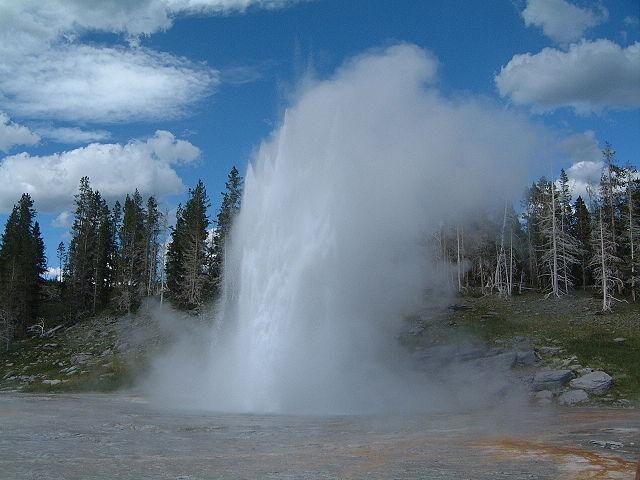 640px-Yellowstone_Grand_Geysir_02