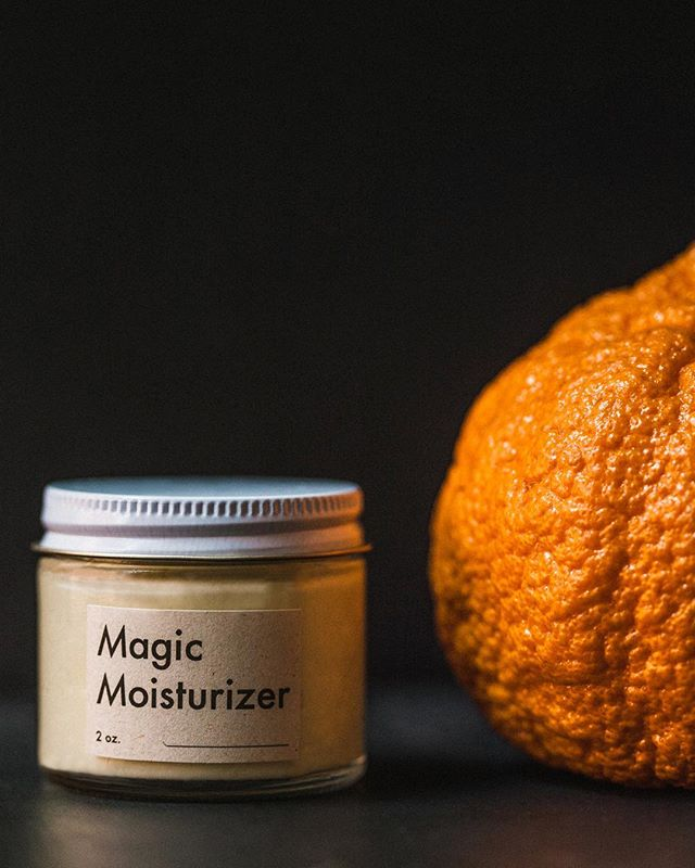 What does #MagicMoisturizer smell like? To us, it smells like heaven ☁️, but also like cacao butter and citrus (blood orange and Italian lemon), with undertones of lavender and coconut. We're in awe of nature's abundance of skin-balancing (and amazing-smelling) ingredients every day. Link to shop is in our bio 🍊