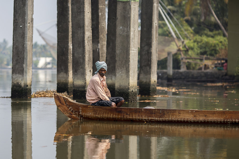 fisherman_canoe_backwaters_kochi.jpg