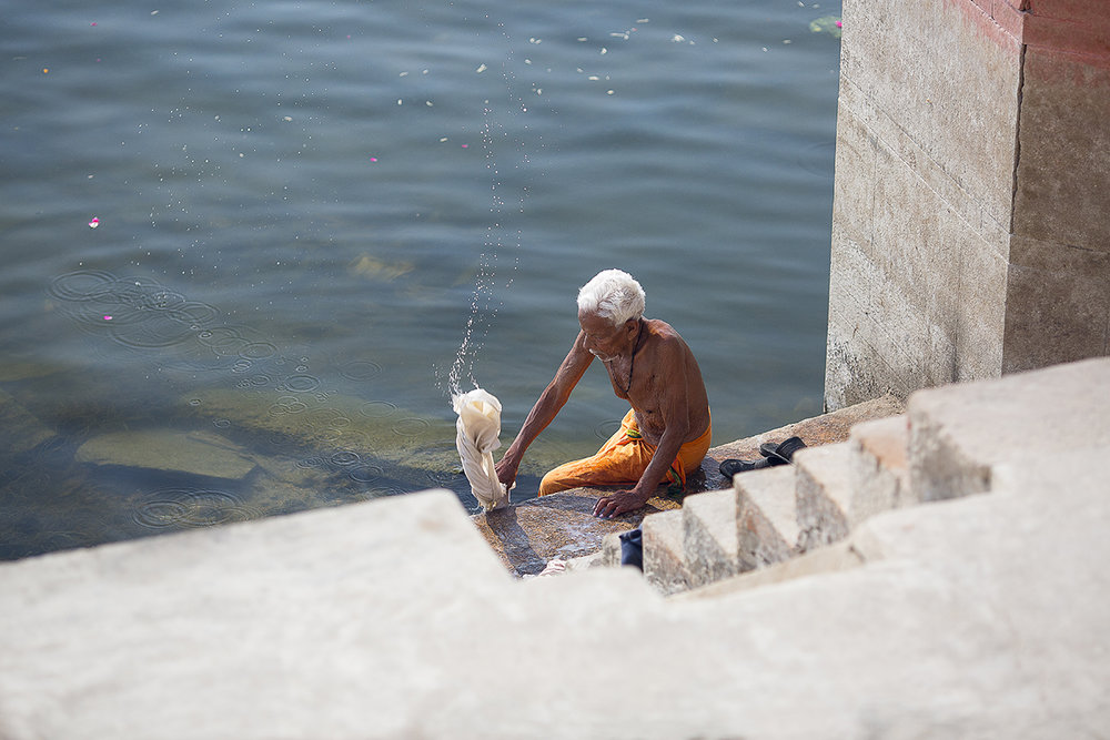 Man_washing_ghats_varanasi.jpg