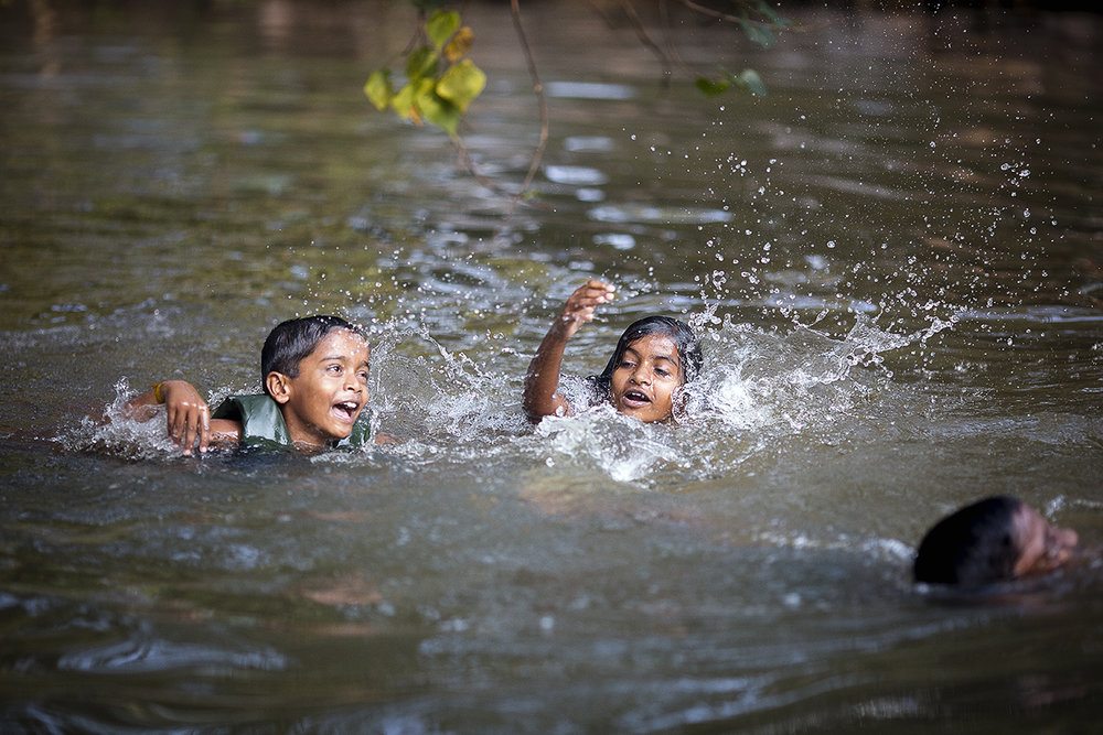 kids_swimming_backwaters_001.jpg