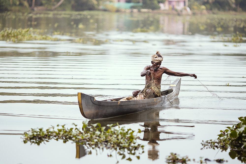 fisherman_canoe_allepey.jpg