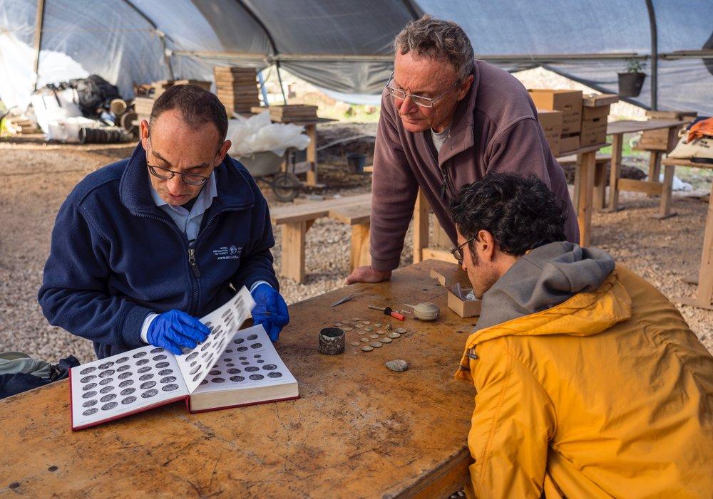 Caesarea Maritima, preliminary identification of the coins on site.  Photo : Yaniv Berman, courtesy of the Caesarea Development Corporation