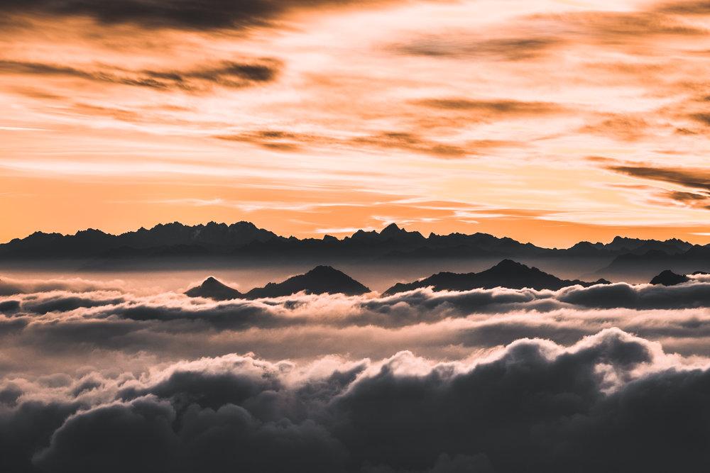 Bergketten im Sonnenaufgang | Tessin, Schweiz