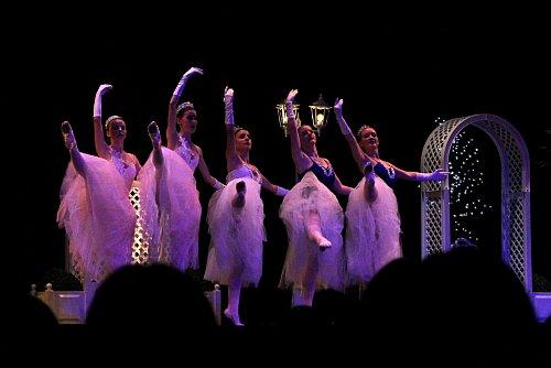 - Augenschmaus: Zum Auftakt zeigen Ballettschülerinnen beim