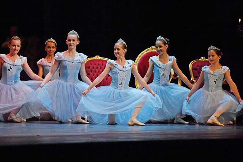Absolventinnen-der-Ballettschule-Bielefeld-zeigen-Dornroeschen-Maerchenhafte-Auffuehrung_image_630_420f.jpg