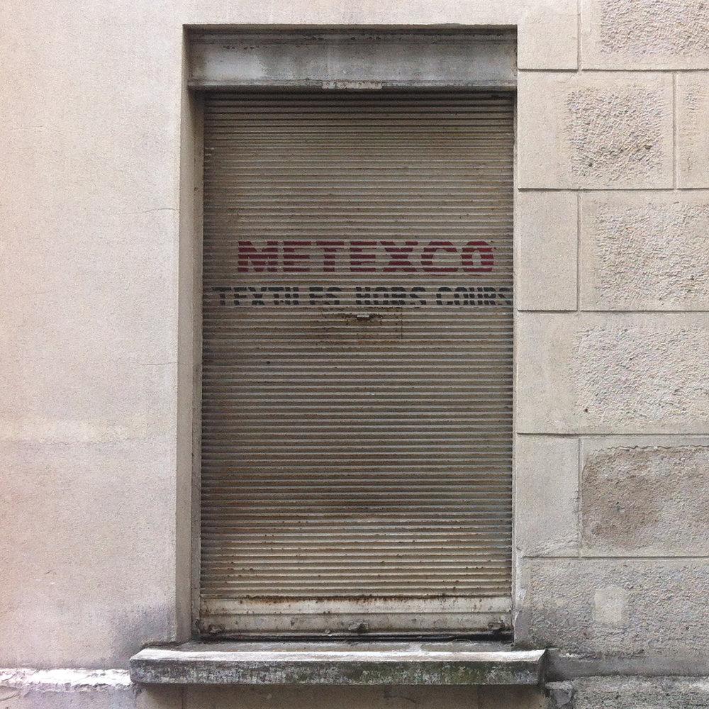 Plus de 50 ans d'Expérience au service de la Création et de la Couture. - Metexco est un magasin de tissus en gros situé dans le très connu Quartier du Sentier.C'est en 1965 que nous nous implantons au coeur de Paris, dans le 2e arrondissement, à présent haut lieu du textile multiethnique. Spécialiste des matières chaines et trames (toile, sergé, satin) nous nous sommes efforcés de répondre aux demandes et besoins du secteur de l'habillement.Alors que beaucoup de nos concurrents misaient sur la commercialisation de tissus destockage et fin de série, nous avons préféré fidéliser et nous orienter vers des produits simples et solides, que nos clients pourraient retrouver d'une année sur l'autre, de manière à ce que leurs créations puissent rester cohérentes avec l'identité de leur marque.C'est grâce à cette approche que nous avons su nous imposer comme un acteur durable de l'industrie textile. Notre constance nous a permis de nous diversifier dans le temps et ainsi proposer des gammes de tissus plus large, appuyant d'autres secteurs tels que celui de l'ameublement, la décoration et l'évènementiel.
