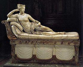 Venus Victorieuse sous les traits de Pauline Bonaparte   Artiste: Antonio Canova (1757-1822) L'artiste exécuta cette sculpture à la demande du Prince Borghèse épousé par Pauline une année après la mort du Général Leclerc, son premier mari. La statue, toujours au palais de Borghèse à Rome, ne fut montrée au public qu'après la mort du Prince Borghèse. Malgré sa vie amoureuse mouvementée, Pauline Bonaparte fut la seule parmi ses frères et soeurs à demeurer fidèle à Napoléon jusqu'à la fin.