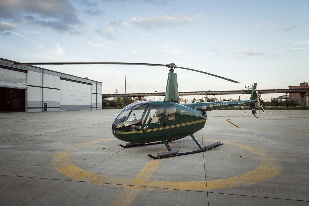 150USD por 15 min. de vuelo en este helicóptero, un Robinson R44 Raven II.
