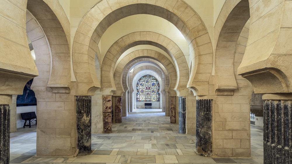Interior del Castillito - Mezquita, vidrieras de templo Cristiano y columnas romanas del S.II,