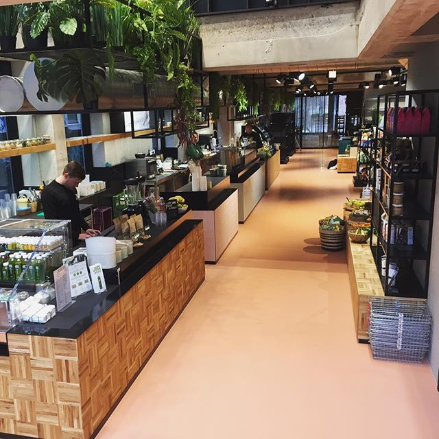 We opened a new venue in Trade! Together with @bouillon_brothers, @vanleeuwenicecream and @juicebrothers. Come visit us! 🥢🍱 #meneertemaki #foodhallen #tradeamsterdam #amsterdam #dewallen #foodcourt #sushi #food