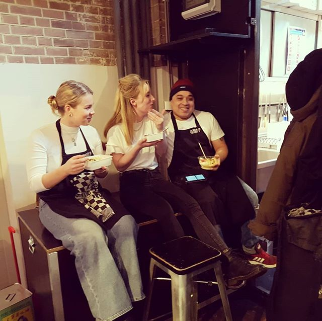 Enjoying pre-work Thai food in the alley @foodhallen  #hardwork #effort #thaifood #amsterdam #sushi #bestcrew #lovelycolleagues #colleagues #team #crew #foodhallen #foodhallenamsterdam #meneertemaki #workwork #friends #squad #party #gang #bunch
