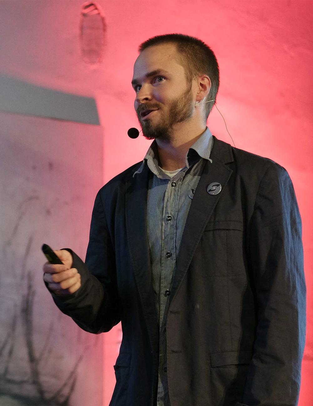 Aleksin esitelmä Beyond Psychedelics -konferenssissa 23.6.2018. Kuva: Fabio Coviello