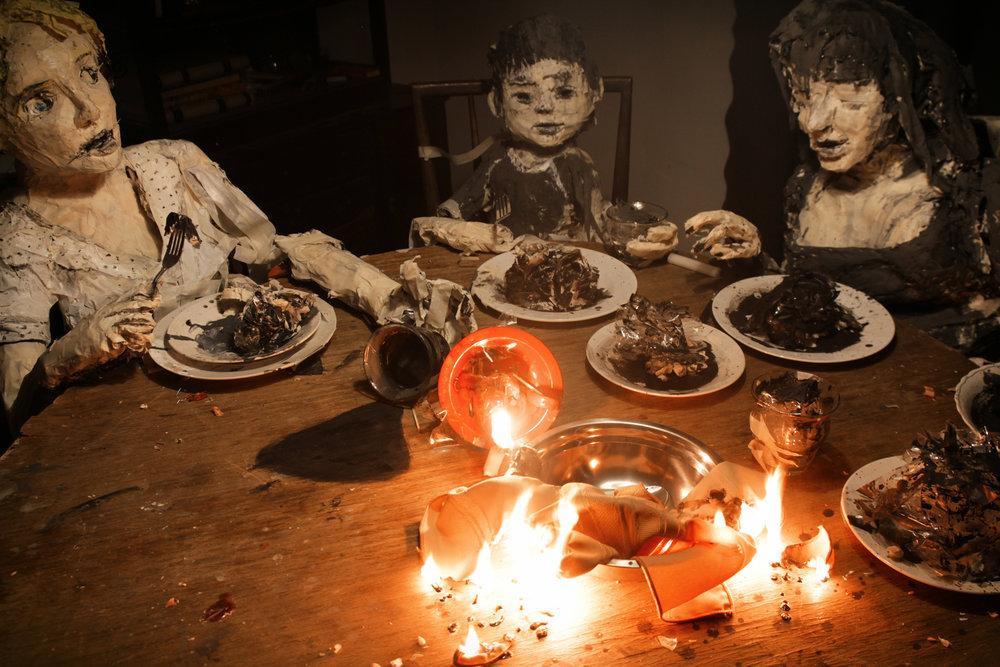 """LA CASA LOBO - Cristóbal León y Joaquín CociñaChile / 2017 / 73 min / EspañolJUE 7 / OCHOYMEDIO SALA 1 / 20h00María, una joven que busca refugio tras escapar de una secta de fanáticos religiosos alemanes en Chile. Ahí es acogida por dos cerdos, únicos habitantes del lugar. Como en un sueño, el universo de la casa reacciona a los sentimientos de María. Los animales se transforman lentamente en humanos, y la casa en un mundo pesadillesco. Inspirada en el caso de Colonia Dignidad, """"La Casa Lobo"""" aparenta ser un cuento de hadas animado producido por el líder de la secta para adoctrinar a sus seguidores."""