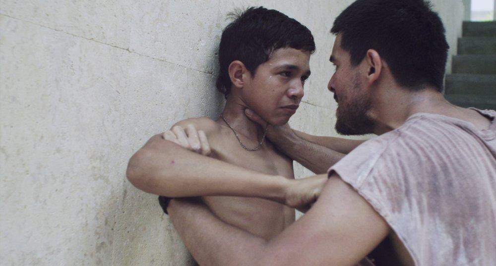 LA FAMILIA - Gustavo Rondón Córdova Venezuela / 2017 / 82 min / EspañolVIER 8 / CINEMATECA NACIONAL / 17h30Pedro es un chico de doce años que recorre las calles con sus amigos, en medio de la violenta atmósfera urbana de un barrio de trabajadores de Caracas. Después de que Pedro hiera gravemente a otro chico en una pelea, su padre soltero, Andrés, decide que deben huir y esconderse. Andrés se dará cuenta de que como padre es incapaz de controlar a su propio hijo adolescente, pero su situación les hará acercarse el uno al otro más que nunca.