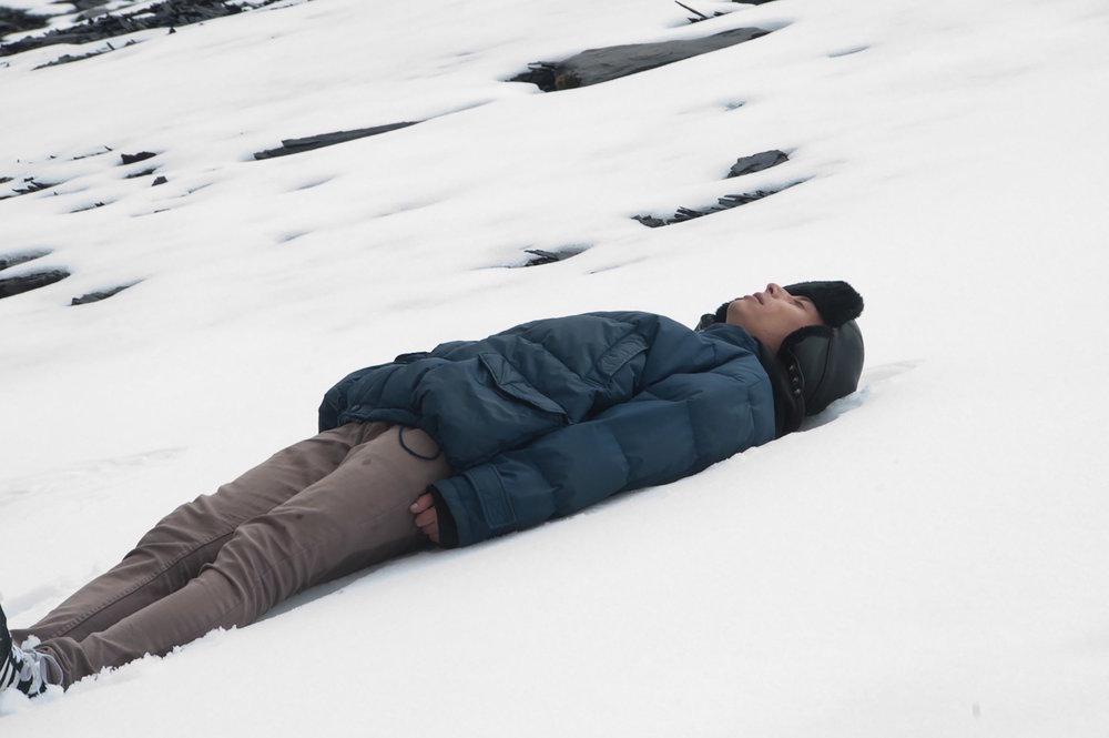 SOL PIEDRA AGUA - Diego Revollo Bolivia / 2017 / 68 min.VIER 8 / FLACSO CINE / 20h00DOM 10 / CCE AP / 15h00Sol Piedra Agua es una película autobiográfica, sobre fragmentación familiar, que hace uso de diferentes formatos de grabación, los que formalmente entrelaza, conecta, fusiona y reconcilia. La película está inspirada en el poemario Ciudad desde la altura de Guillermo Bedregal, que en sus dieciséis poemas, establece un dialogo entre la ciudad, la montaña y el mar.