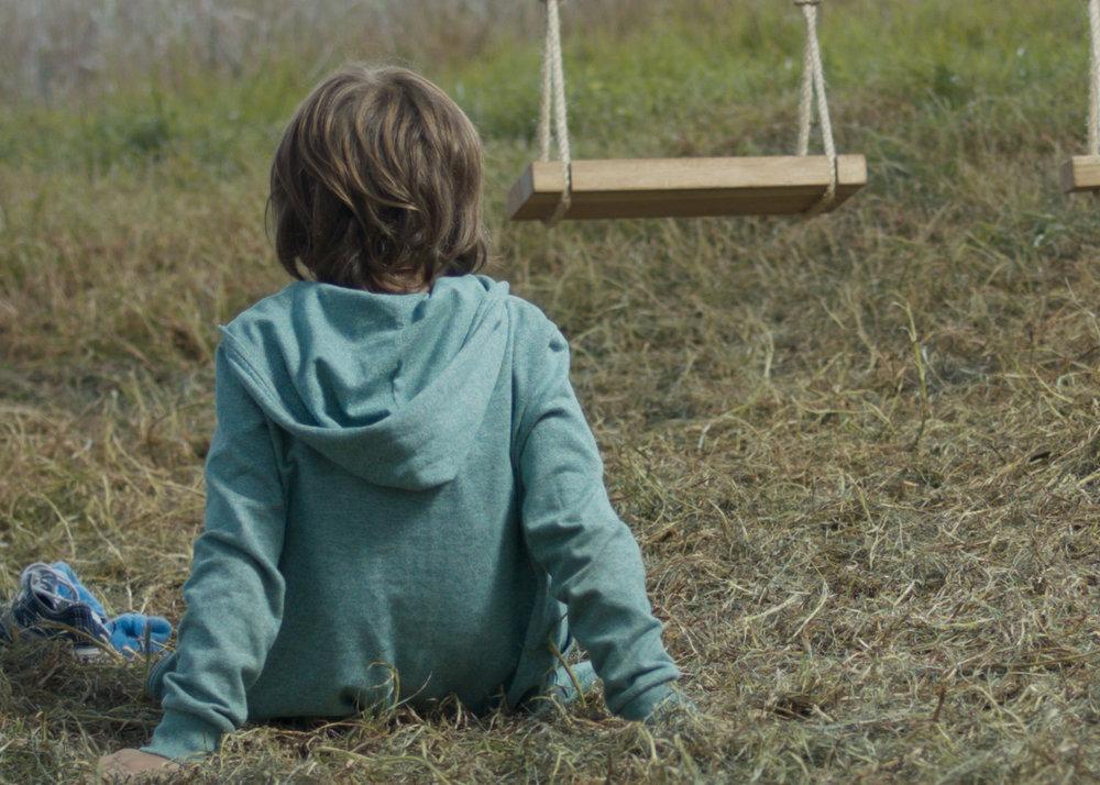 HERMANOS - Nicole Herrera RoebsteckQuito / 2015 / 17 minJUE 7 / CINE UNIVERSITARIO / 17h00SAB 9 / FLACSO CINE / 15h00Samuel, un niño de 7 años pasa la mayor parte de su tiempo con su hermana, Mía (7), en el campo bajo un árbol. Este espacio casi mágico es algo único para los dos. Samuel se enfrenta a la muerte de Mía a muy temprana edad. Poco a poco va jugando con el espacio, compartido por tanto tiempo con su hermana, tratando de recrear su presencia, pero eventualmente deberá enfrentar y aceptar su pérdida.