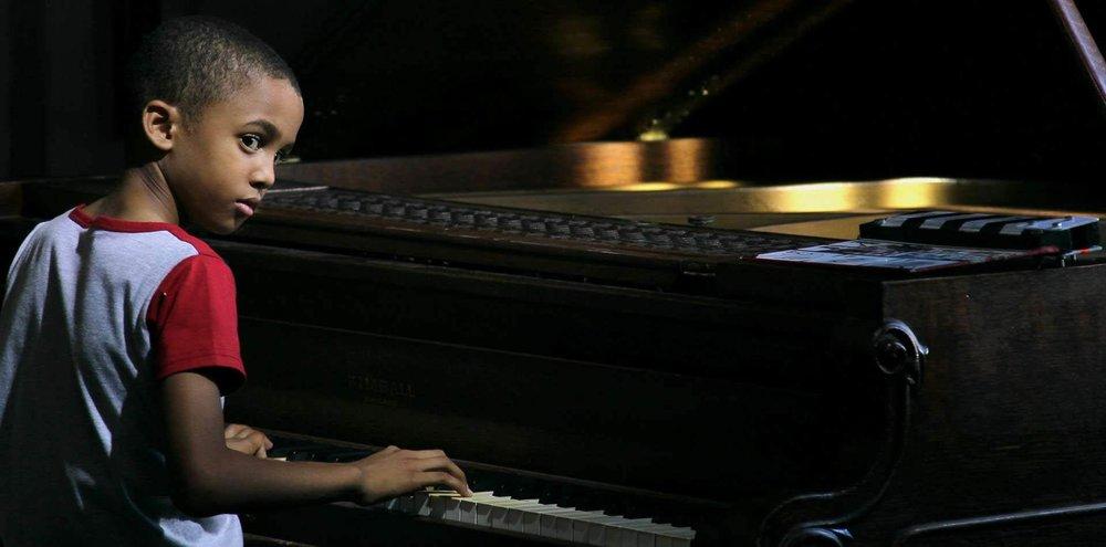 ESTEBAN - Jonal Cosculluela Cuba/ 2016 / 90 min / EspañolSAB 9 / CUMANDÁ / 11h00DOM 10 / CINEMATECA NACIONAL / 11h00Esteban es un niño de 9 años que descubre por casualidad su talento innato para la música. A pesar de las dificultades para alcanzar el sueño de convertirse en músico, su perseverancia transformará su mundo y el de quienes lo rodean.