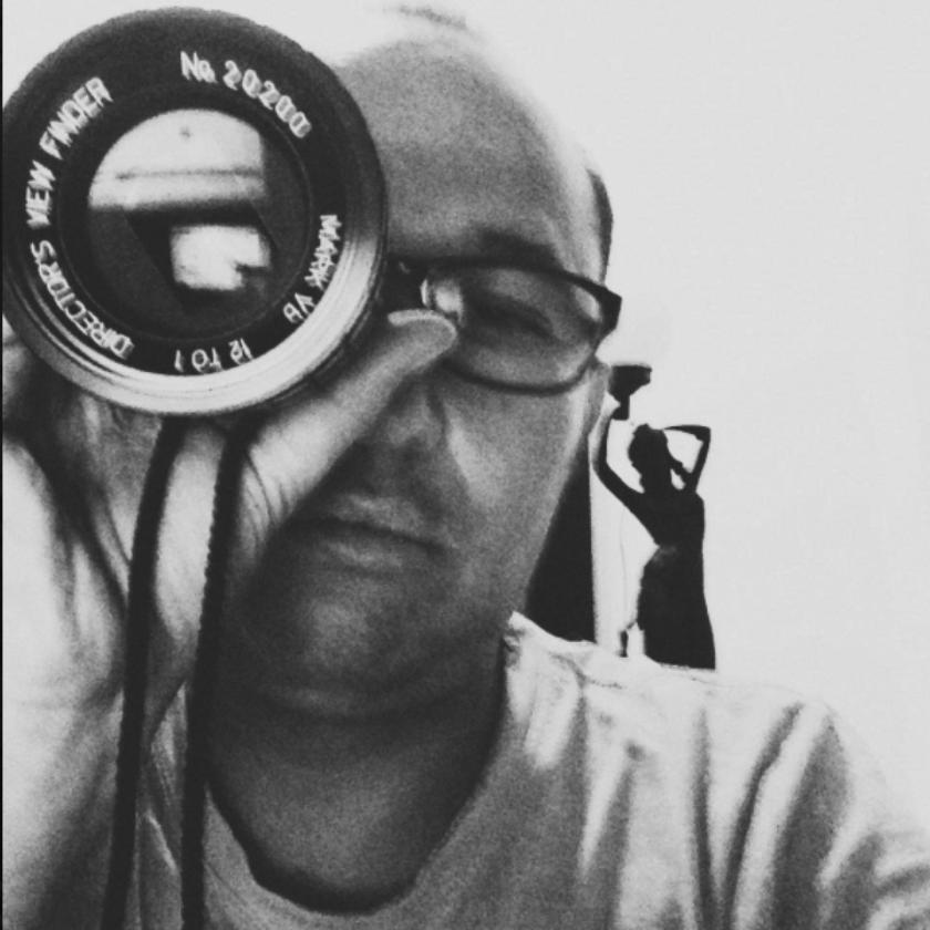 CARLOS MORA - Carlos es director de fotografía y fotógrafo para publicidades, cine, tv y documentales. Entre sus trabajos se destacan el videoclip Children of the Sun (ganador del concurso Gene tv), el cortometraje Little Block of Cement Deshair The Sea (nominado a los European Film Awards 2014 y ganador en festivales en Hamburgo, Milán, Cork, Black Maria y Costa Rica Film Festival). Sus estudios fueron en realización decine y tv, luego se especializó en dirección de fotografía en Argentina,donde encontró el gusto por la iluminación publicitaria, colorimetría yfotografí a fashion.