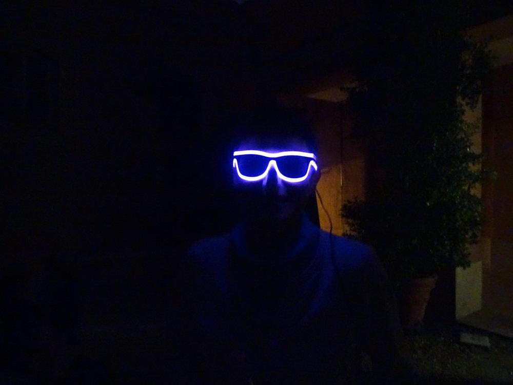 Qui se cache derrière les lunettes ?