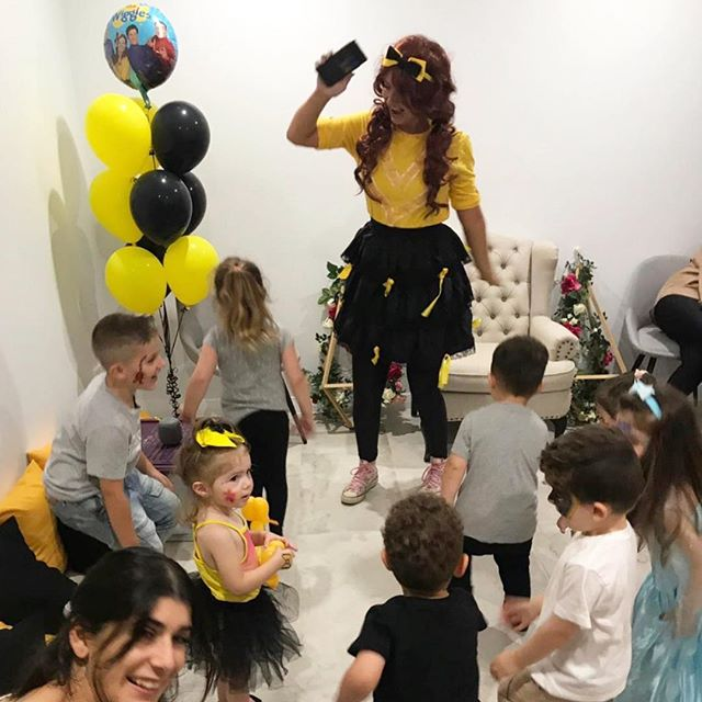 It's a dance party! 👯 💛🖤