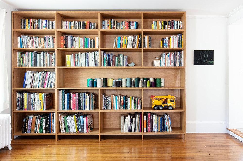 Built-in bookcase in white oak
