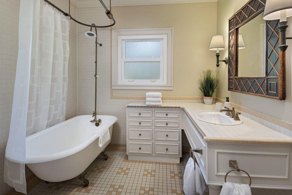 al-argueta-2018-PGH-guest-bathroom.jpg