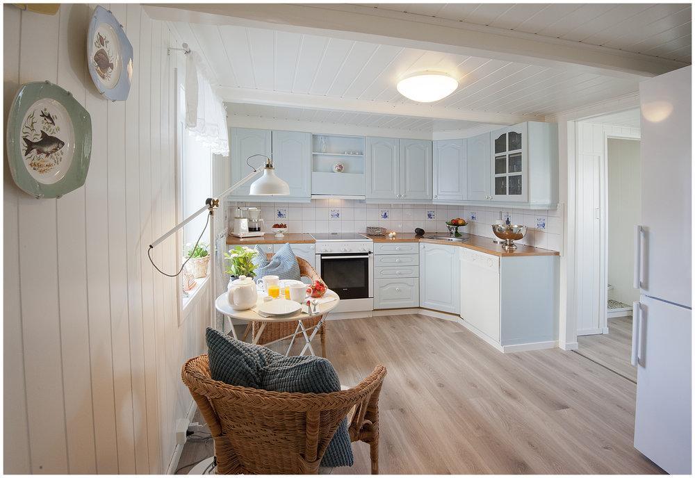 Romslig kjøkken med spiseplass.jpg
