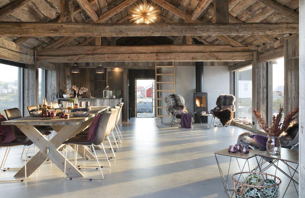 Langbord og komfortable stoler med peisovn.jpg