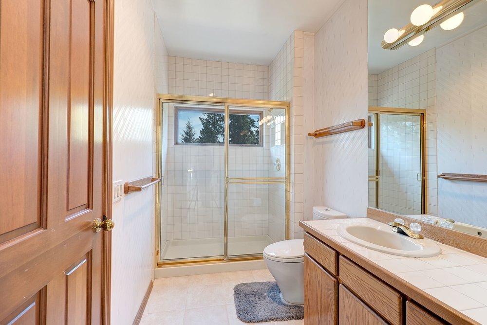 9b-top-floor-hall-bath_preview.jpeg