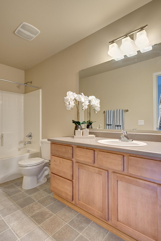 9a-top-floor-hall-bath.jpg