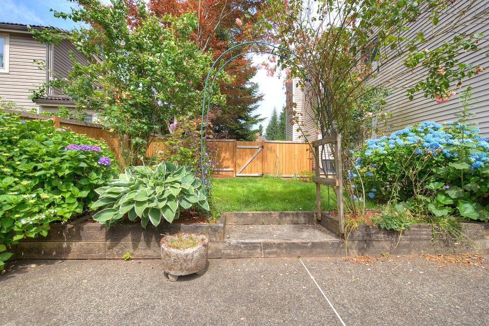 22a-sideyard.jpg