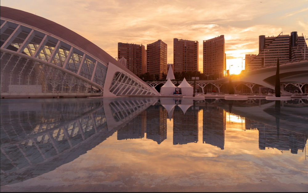 Sunrise in Valencia— Photo: Alexander Diriti /Unsplash