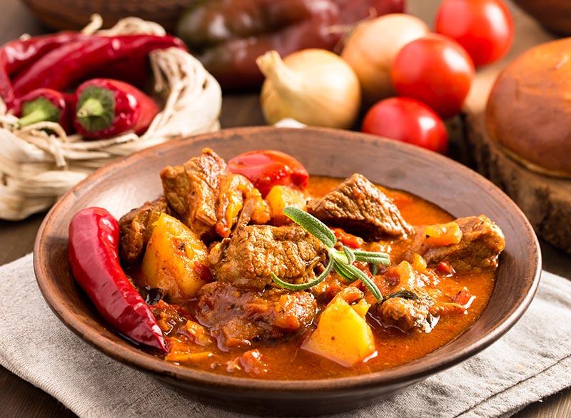 Yiyecekler - Diğer Orta ve Doğu Avrupa ülkelerine nazaran, Macaristan Batı tarafından çok iyi bilinen, genel olarak baharatlı ve çeşitli yiyecekleriyle meşhurdur. Hem Macar yemekleri hem de diğer uluslararası yiyecekler çeşitli restoranlarda ülkenin dört bir yanında kolaylıkla bulunabilir. Macaristan konukseverliği ve mutfağıyla tektir.