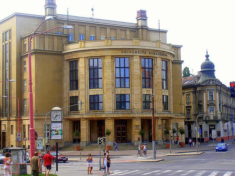 COMENIUS UNIVERSITY OF BRATISLAVA - Bratislava Comenius Üniversitesindetıp eğitimi, 1991 yılından bu yana uluslararası öğrenciler için İngilizce dilinde verilmektedir. Toplamda 5795 saat teorik ve pratik eğitimden oluşmakta ve 6-yıllık bir süreyi kapsamaktadır. Slovakya Avrupa Birliği ve Üniversiteler Öğretim Programına tam üyedir. ( The European Commission EC Directive 93/16/EC) Üniversiteden verilen diplomalar (M.D) tüm Avrupa Birliği ülkelerinde ve dünyanın birçok ülkesinde tanınmaktadır. Fakülte aynı zamanda Dünya Sağlık Örgütünce tanınan Tıp Fakülteleri listesinde yer almaktadır. Dahası Amerika Birleşik Devletleri Yabancı Tıp Mezunları Eğitim Komisyonu tarafından da diploması kabul görmüş değerli bir fakültedir.