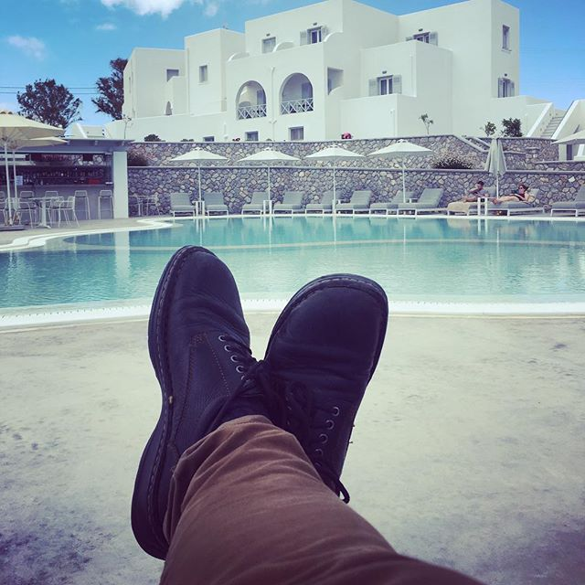 Now that's what I call relaxing.  #greece #santorini #pool #hardshoe