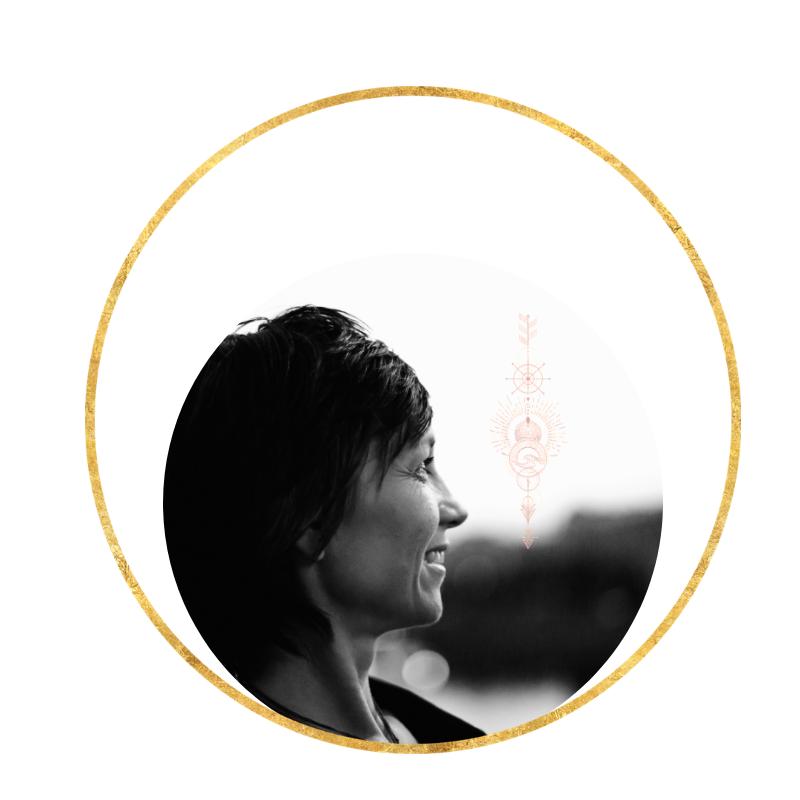 """Heihei, ich bin Ellen: - Durch meine Arbeit mit der """"Praktischen & Gefühlvollen Astrologie"""", ermutige ich kreative Wesen und """"Soulseekers"""" darin, sich klar zu werden, was sie wirklich vom Leben wollen, so dass sie ihre ganz ureigene Magie im Leben entfalten und leben können.Ich bin dein persönliche Haus und Hof Mutmacherin & Talenteausgraberin, Autorin und Astrologische """"Seelen-Profilerin"""".Ich bin deine unerschütterliche realistische Optimistin, die dich auf der Ausgrabung nach deiner Lebens-Aufgaben mit Talente & Potentialen ohne Röntgenblick, aber mit Sternenpower bis auf die Knochen durchleuchtet."""