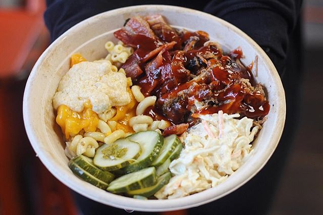 Look Mac at it! 👌🏼Customized bowls are where it's at! Choose from alll the fix ins you want! This beaut has our in house pulled pork, Mac & Cheese, pickles and house slaw.