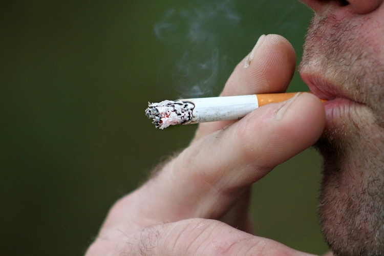smoking_397599_1280.jpg