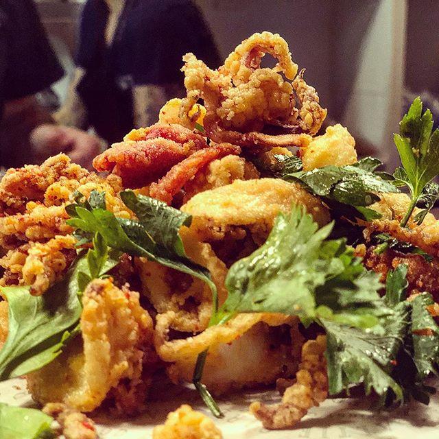 Fried Calamari / Chorizo / Piquillo Pepper / Garlic Aioli #saltiestyle  One of many passed app's last night @nantucketfilmfestival @kronenbourg1664sg @barsaltie #nantucket #nff18 #🐙🌶🍋🍺