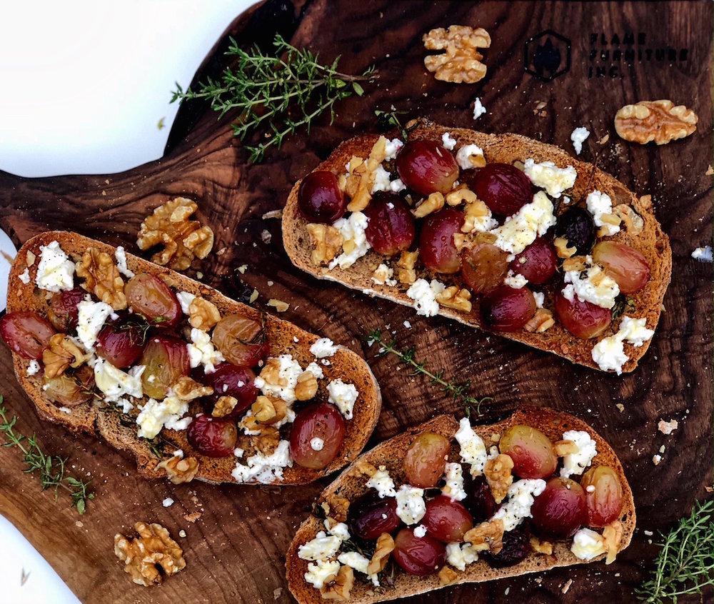 Bruskete sa grozdjem i kozijim sirom