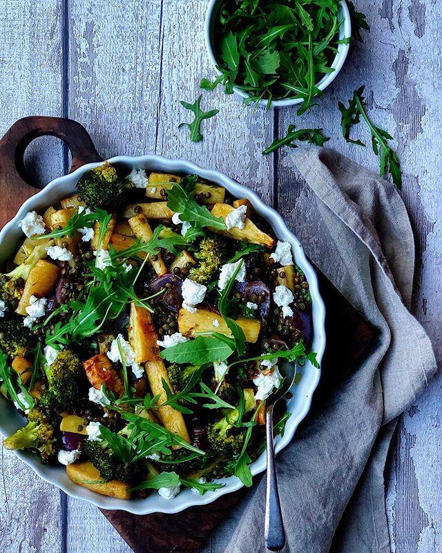 Roast broccoli and parsnips with honey and goat cheese🥦 perfect healthy traybake! . Evo konačno i novog recepta! Zapečeni brokoli i paškanat sa medom i kozjim je savršeno jelo ako ste u žurbi, a želite da spremite kvalitetan obrok koji će vas zasititi. Odmorite od mesnatih proizvoda i probajte ovaj odličan recept koji je savršena kombinacija povrća i ukusnog kozjeg sira. Može biti i posno bez dodatka sira.🥦Potražite novi recept na novom sajtu www.kruskeisir.com ili u opisu mog profila. . . . . #onthetable #yummy #beautifulcuisines  #veggie #foodphotography #foodstyling #thefeedfeed #broccoli #f52grams #bonappetit #tophomecooking #tasty #obrok #srbija #beograd #prijatno #lunch #lunchtime #food #foodpics  #foodgasm #feedfeed #yum #buzzfeast #salata #zdravahrana #hungry #hrana #kruskeisir #thefeedfeed