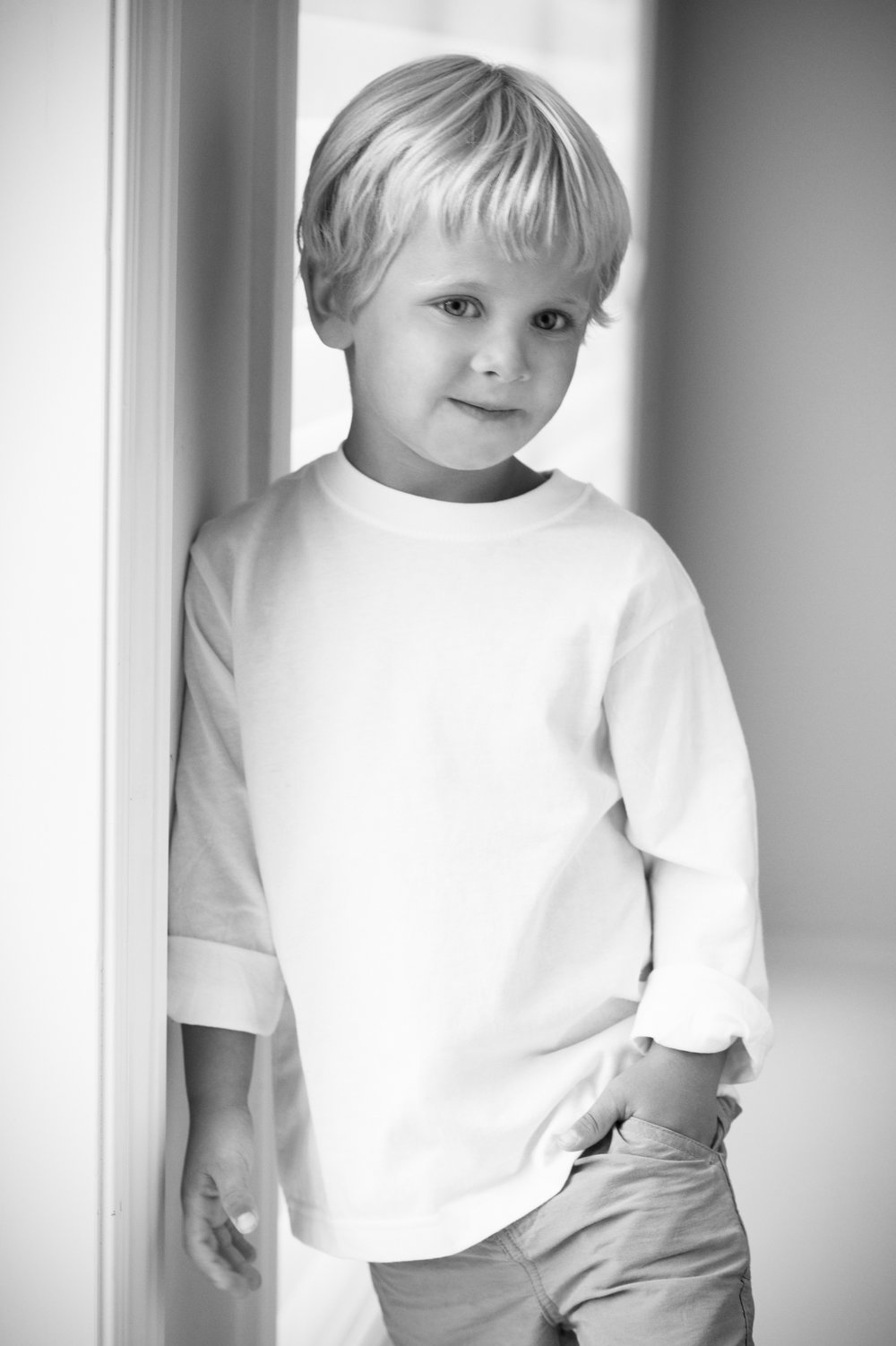 Marta-Hewson-Lifestyle-portrait-little-boy-leaning-against-wall.jpg