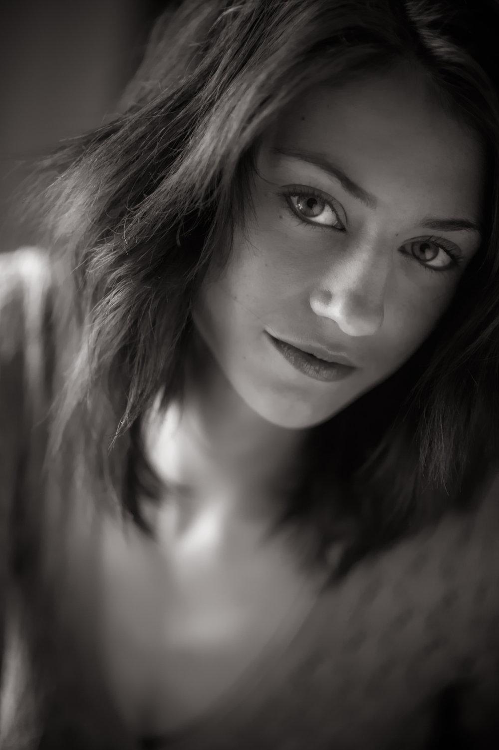 Marta-Hewson-Lifestyle-portrait-Maggie-Mae-Taylor-seductive-glance.JPG